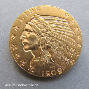 USA 5 Dollars Gold Indian Head Golddollar 1908-1933 1907 änderte sich das Münzbild der amerikanischen 10 Dollar Eagle Goldmünze. Auf der Kopfseite ist ein Indianerkopf mit Federschmuck zu sehen.Auf der Zahlseite ein sitzender Weisskopfseeadler. Der Eagle ist das Wappentier der USA. Je nach Ausgabejahr gab es unterschiedliche Varianten in der Darstellung des Adlers. Bis 1933 wurden diese hübschen Goldmünzen ausgegeben. Auf Grund der hohen Umlaufrate sind von den Indian Head Golddollar noch heute viele Goldmünzen im Umlauf. Durch das Indianer Motiv interessieren sich nicht nur Anleger für diese Münze, sondern auch Sammler. Neben dem Goldwert besitzt die Vorderseite dieser Münze ein besonderes Münzbild. Goldmünze Münzgewicht Feingehalt‰ Feingewicht/g 5 USD Indian Head 8,35g 900,0 7,52 USA 5 Dollars Gold Indian Head Golddollar 1907-1933